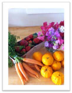 今日の市場での収穫:採れたて人参,いちご、オレンジ、色とりどりのスイトピー
